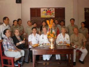 Baci Zeremonie mit den Ärzten aus Deutschland und den Lehrern der Mittelschule. Im Pokal steht die Phakuane