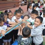 Schüler beim täglichen Zähneputzen im Schulhof