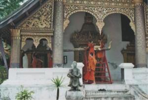 Mönche in Luang Prabang, der alten Königsstadt während der Vorbereitungen zu Pi Mai Lao, dem laotischen Neujahresfest