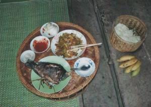Typisch laotisches Essen, Fisch, gebratenes Gemüse, scharfe Soße und der typische Klebereis, der meist direkt aus dem Korb gegessen wird