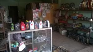 Typische Werkstatt in Ban Sikeud: Schlaf-, Wohn-, Arbeits- und Esszimmer für zwei Personen in einem Raum.