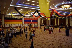 Der festlich geschmückte Veranstaltungssaal des Don Chan Palace Hotels